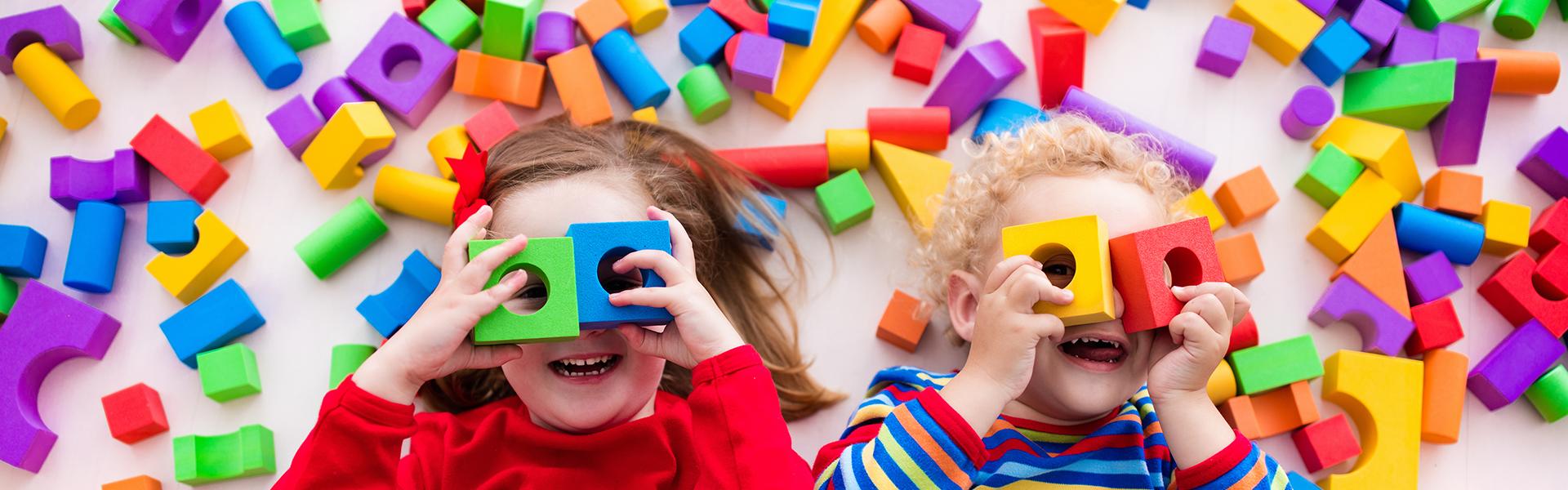 Banner bambini che giocano con i dadi colorati
